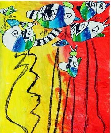 在课堂上进行手工活动,在活动的过程中激发孩子的艺术感觉