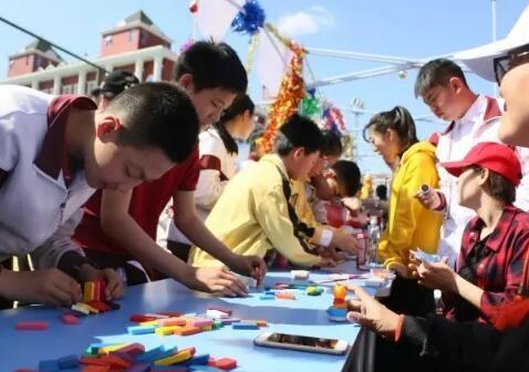 """小学部的mini乒乓球台为大家提供了了解""""国球""""的机会;一旁的一项起"""