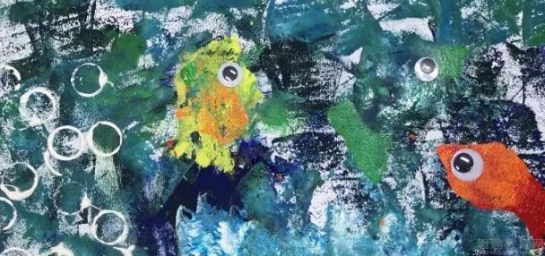 告诉它们月光族跑到了岸边,有危险,海洋里的小动物赶快去救月光鱼,还