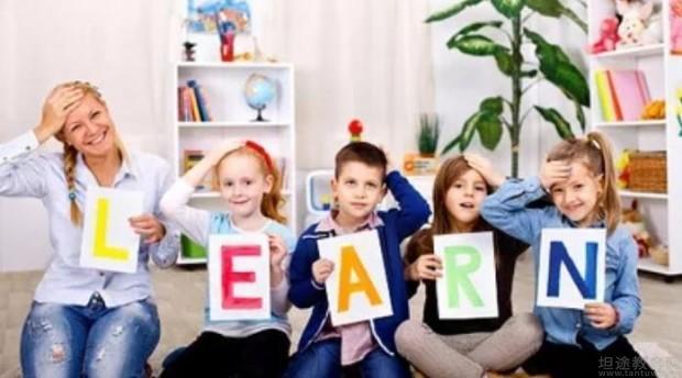 成都瑞思学科英语为学员们准备了内容是关于如何轻松的实现孩子们英语学习引导,对于3-5岁初次接触英语的孩子来讲,对英语的学习和探索还是陌生而新鲜的。在孩子学英语的每一步都会牵动每一位家长的心。瑞思学科英语有着数十年幼儿英语教学培训经验,其中有数万名宝宝在幼儿英语启蒙过程中,都有父母们的身影。 首先,瑞思学科英语成都校区的老师们为大家带来的是良师伙伴,很多家长因为自身英文差就不想参与其中,其实这是错误的认知。如果你觉得自己的英文水平差,不妨和孩子一起学,做他最佳的学习伙伴,而不是你永远比他知道的多,你永远比