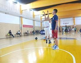 宽敞的篮球训练场地