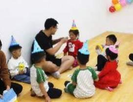 老师和孩子们在做游戏